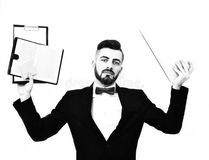 Concepto de trabajo de oficina ocupado Hombre de negocios o gestor de proyecto con la cara y la barba serias imagen de archivo libre de regalías