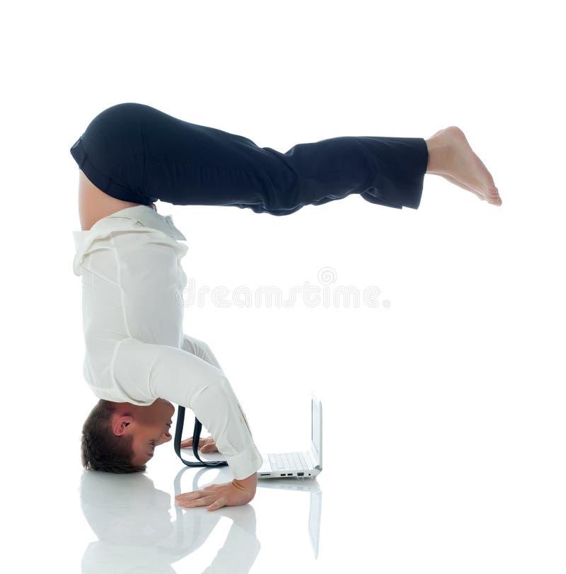 Concepto de trabajos múltiple - hombre de negocios que hace yoga imágenes de archivo libres de regalías