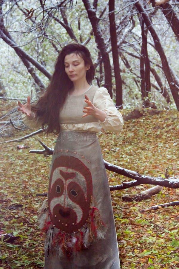 Concepto de Víspera de Todos los Santos la bruja en el bosque foto de archivo