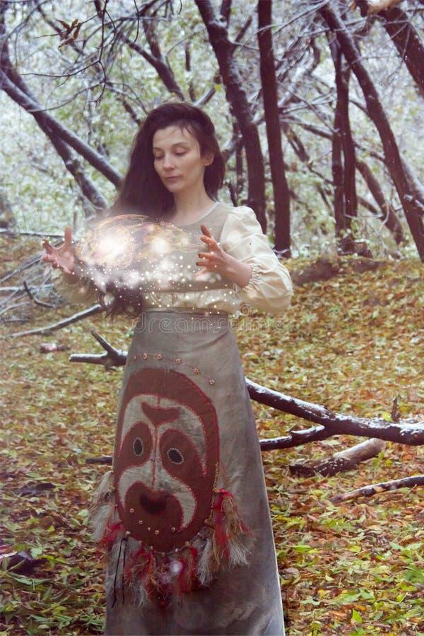 Concepto de Víspera de Todos los Santos la bruja en el bosque conjura imagenes de archivo