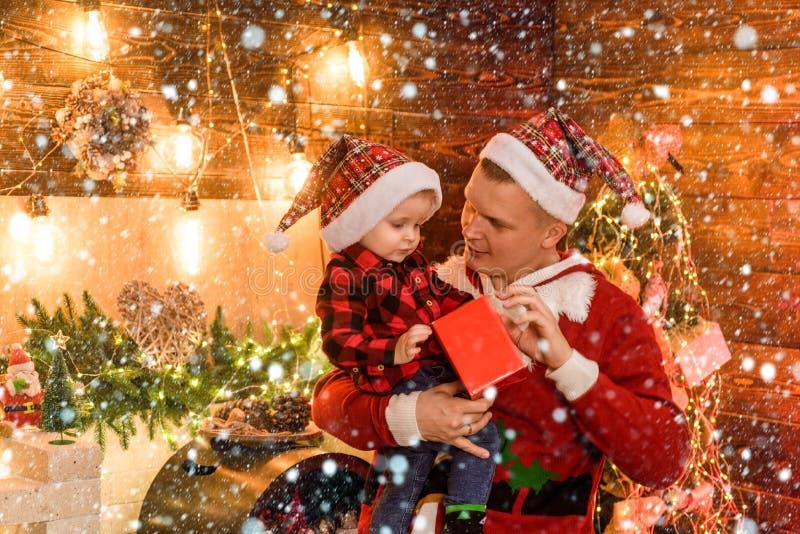 Concepto de vacaciones de invierno Adore a su hijo Ambiente mágico vacaciones familiares La alegría de la paternidad Disfruta cad imagen de archivo libre de regalías