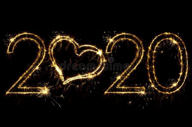 Concepto de vacaciones Número 2020 con decoración cardíaca escrito chispas brillantes aisladas en fondo negro Plantilla de superp fotos de archivo