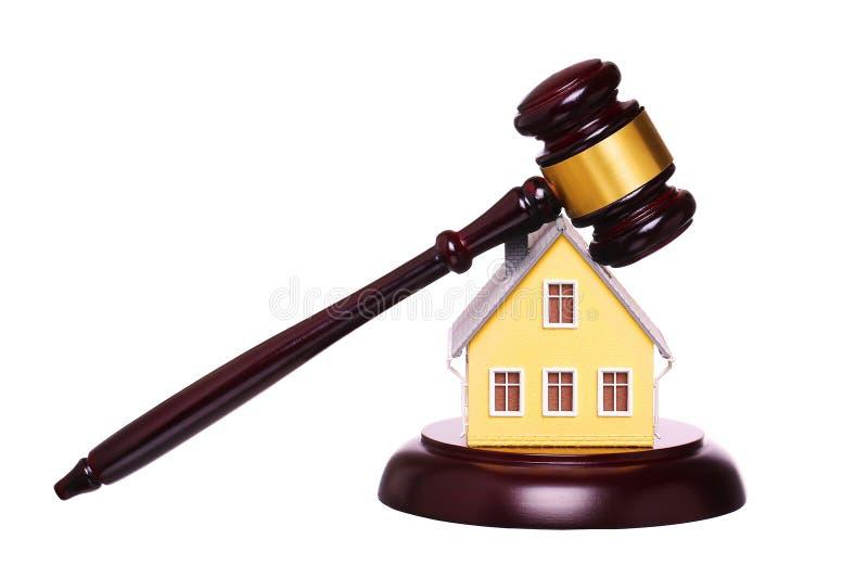 Concepto de venta de la casa con el mazo aislado foreclosure imágenes de archivo libres de regalías