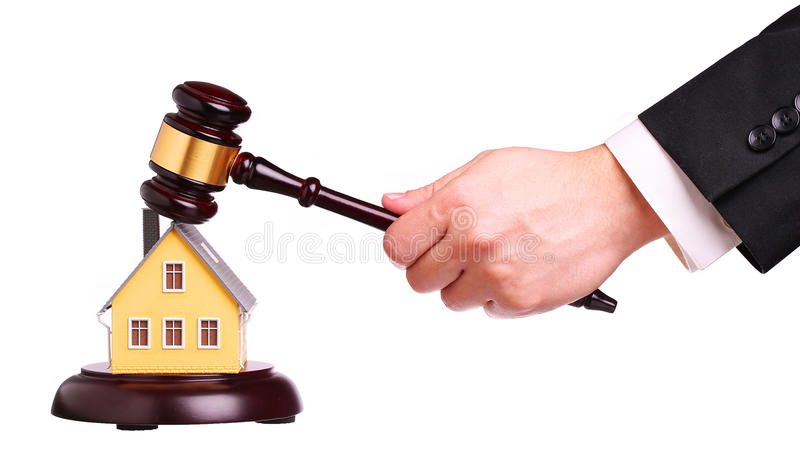 Concepto de venta de la casa con el mazo a disposición imagen de archivo