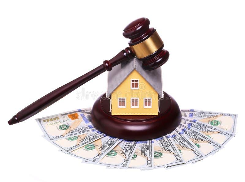 Concepto de venta de la casa con el mazo y el dinero aislados fotografía de archivo