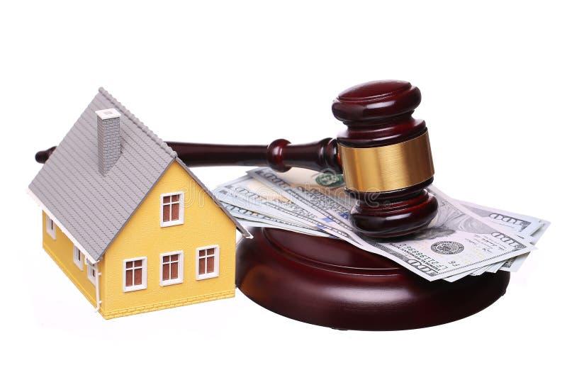 Concepto de venta de la casa con el mazo y el dinero aislados imagen de archivo libre de regalías