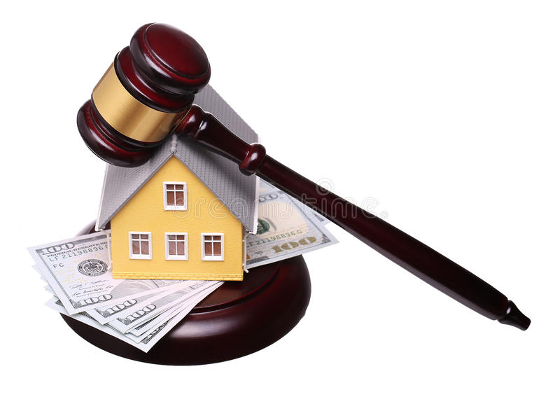 Concepto de venta de la casa con el mazo y el dinero aislados foto de archivo