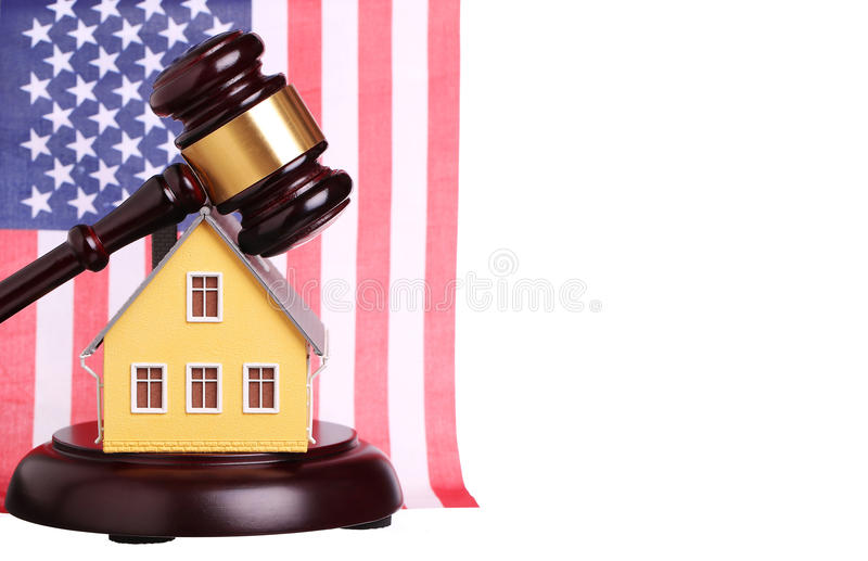 Concepto de venta de la casa con el mazo y la bandera americana aislados fotografía de archivo