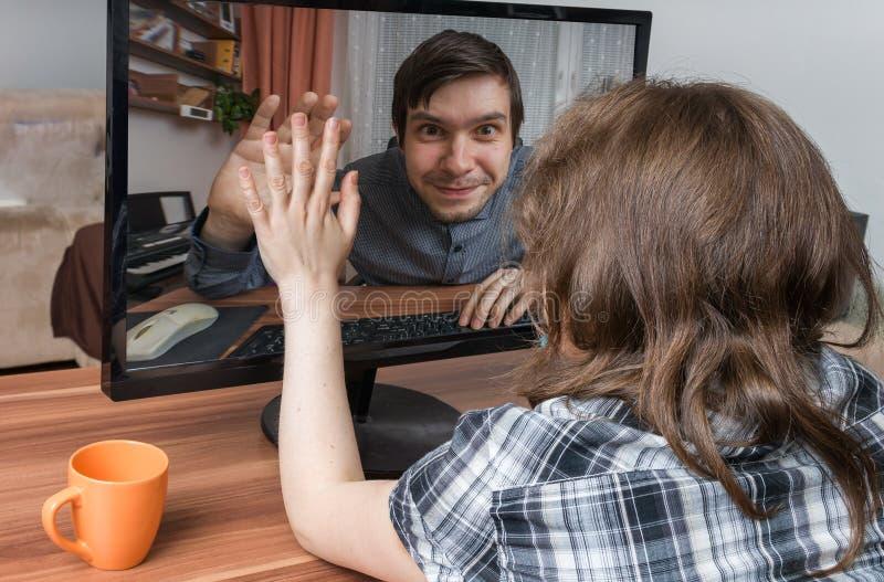 Concepto de Videochat La mujer joven está charlando en línea con el novio fotografía de archivo