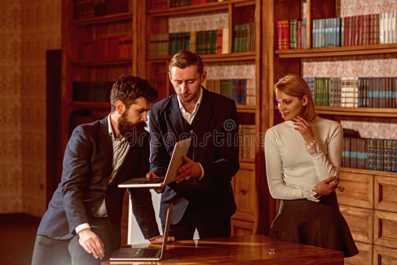 Concepto de Weblog Los amigos leyeron el artículo del weblog en biblioteca El grupo de estudiantes guarda el weblog en sitio web  imagen de archivo