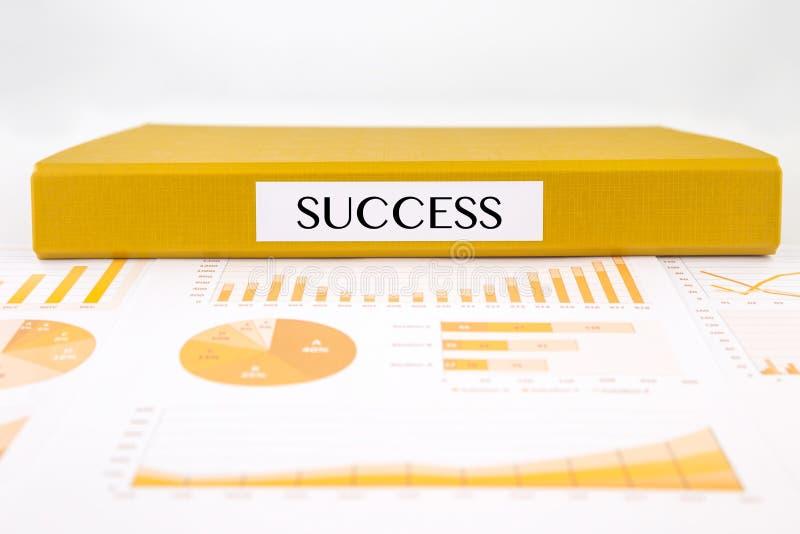 Concepto del éxito con los documentos, los gráficos, las cartas y el informe de negocios del análisis imagen de archivo