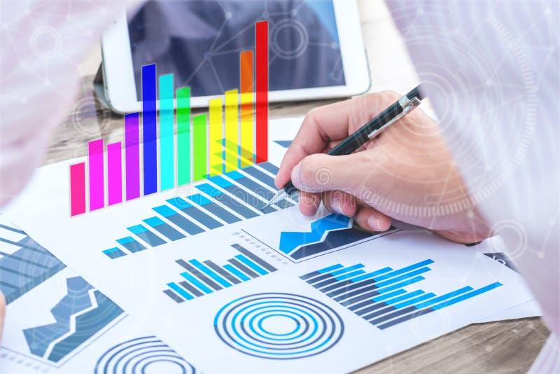 Concepto del éxito de las estadísticas de negocio: carbón de leña del analytics del hombre de negocios imagenes de archivo