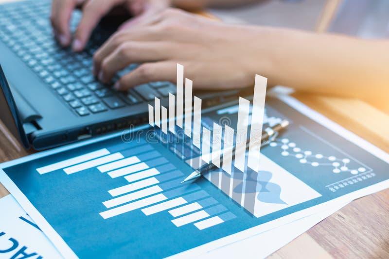 Concepto del éxito de las estadísticas de negocio: fina del analytics del hombre de negocios