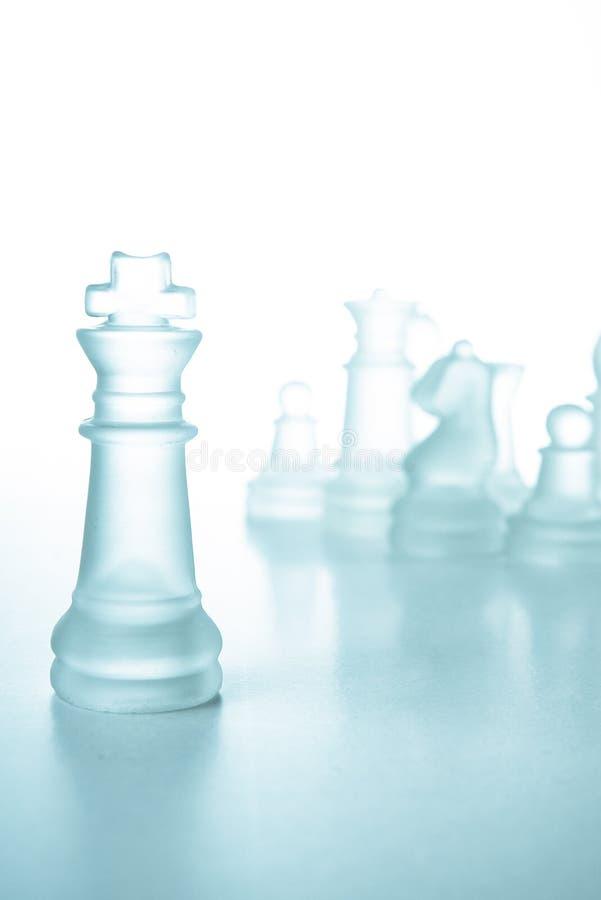 Concepto del éxito y de la dirección, rey de cristal del ajedrez imágenes de archivo libres de regalías