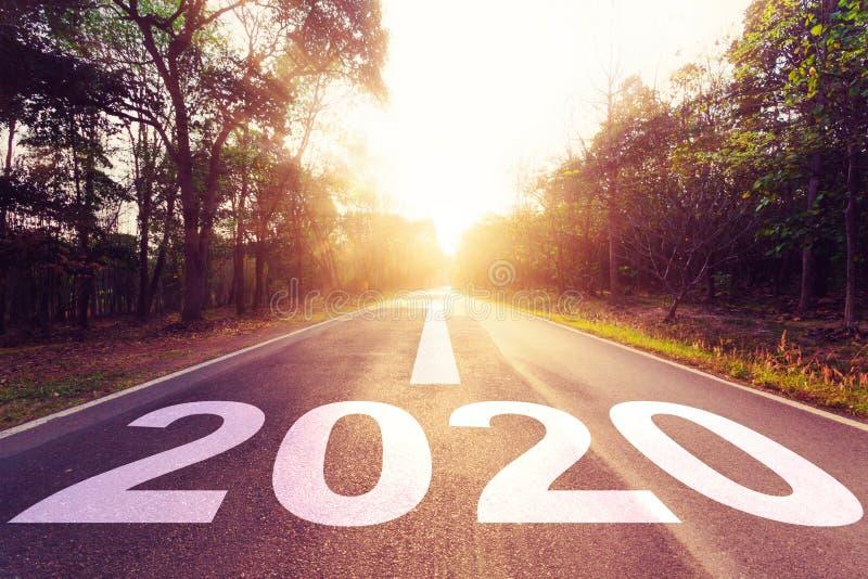Concepto del Año Nuevo: Puesta del sol vacía y Año Nuevo 2020 de la carretera de asfalto fotografía de archivo libre de regalías
