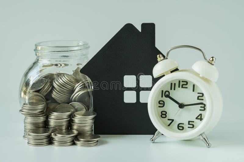 Concepto del ahorro financiero o de la hipoteca con la pila de monedas y de coi imagen de archivo