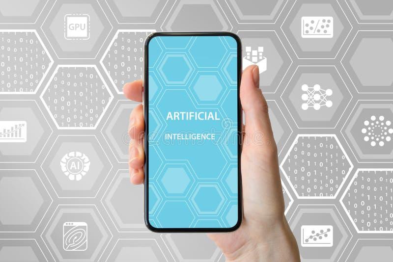 Concepto del AI/de la inteligencia artificial Dé sostener smartphone frameless moderno delante del fondo neutral con los iconos fotos de archivo libres de regalías