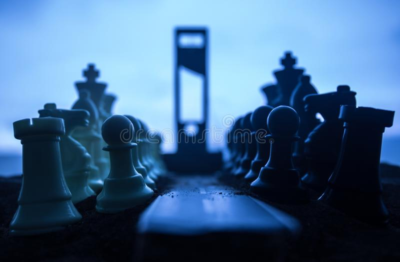 Concepto del ajedrez de ideas del negocio y de la estrategia Camino vacío con las figuras y la guillotina gigantes del ajedrez Tr fotografía de archivo