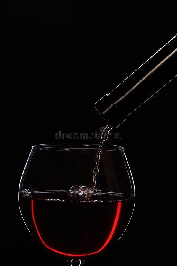 Concepto del alcohol y de la prueba Botella de vino y de vidrio imagen de archivo