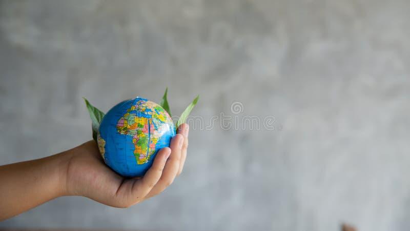 Concepto del ambiente Planeta verde en sus manos foto de archivo