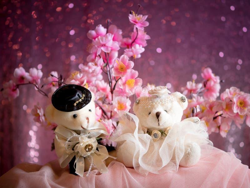 Concepto del amor: Pares Teddy Bears en vestido de boda, tarjeta del día de San Valentín imagen de archivo