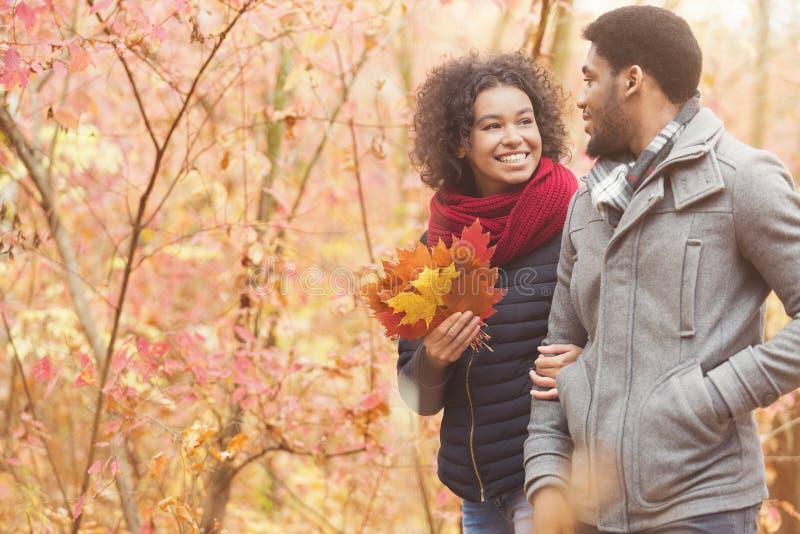 Concepto del amor y de la relaci?n. Pares jovenes que recorren en parque fotos de archivo libres de regalías