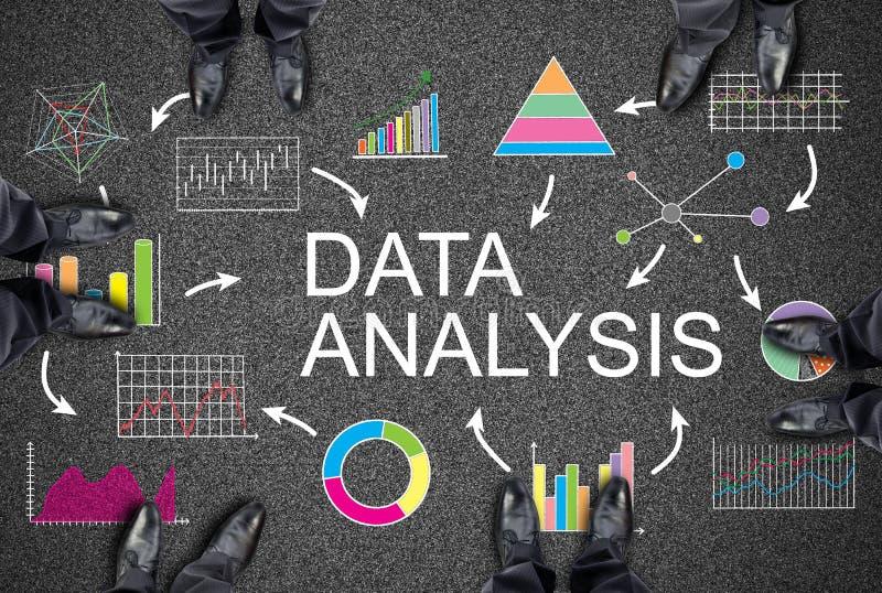Concepto del análisis de datos en un camino fotos de archivo