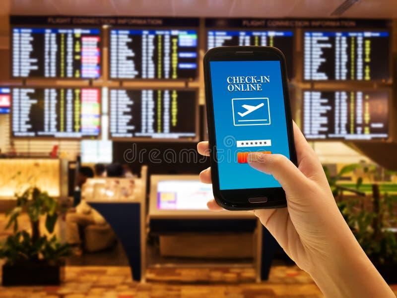 Concepto del app del smartphone del viajero incorporar del smartphone del uso de la gente en línea imágenes de archivo libres de regalías