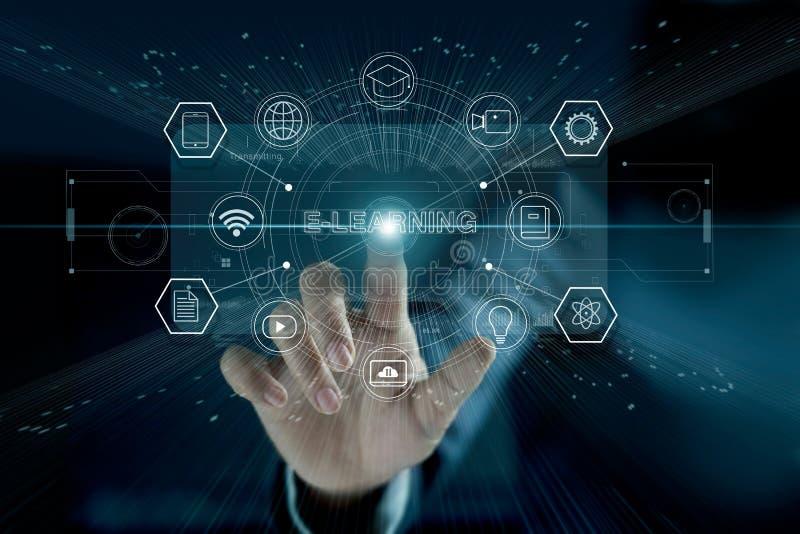 Concepto del aprendizaje electrónico Hombre de negocios que toca el interfaz virtual moderno ilustración del vector