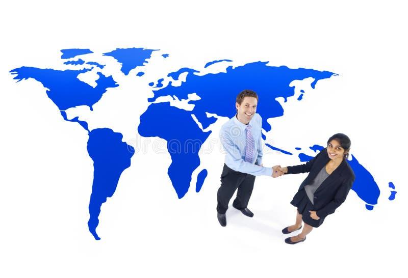 Concepto del apretón de manos de la cooperación del negocio global imágenes de archivo libres de regalías