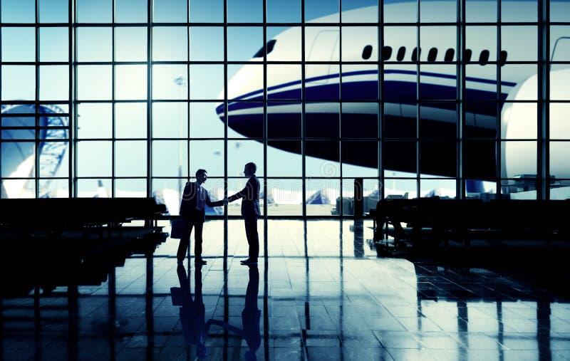 Concepto del apretón de manos del aeropuerto del viaje de negocios del aeropuerto internacional imagenes de archivo
