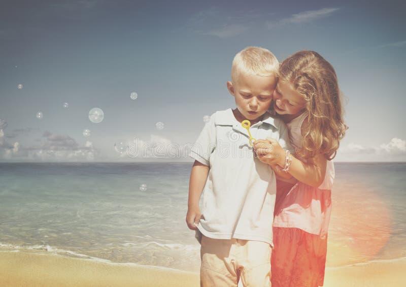 Concepto del arena de mar de Relation Expressing Positivity de la hermana de Brother fotografía de archivo libre de regalías