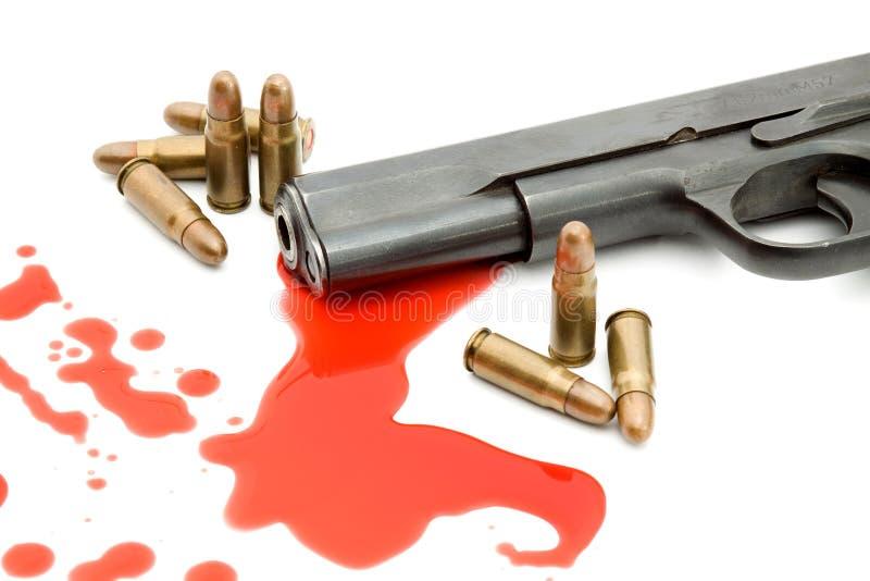 Concepto del asesinato - arma y sangre imagen de archivo