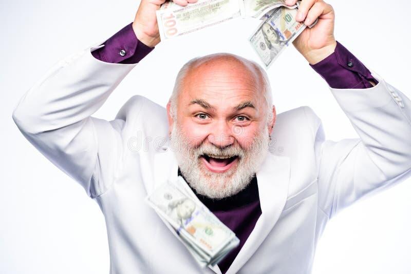Concepto del asunto hombre barbudo maduro con los billetes de banco del dólar el hombre maduro rico tiene porciones de dinero ?xi imágenes de archivo libres de regalías