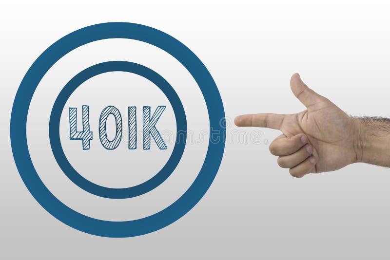 Concepto del asunto Planificación de la jubilación Mano que señala el texto 401k en el círculo fotos de archivo libres de regalías