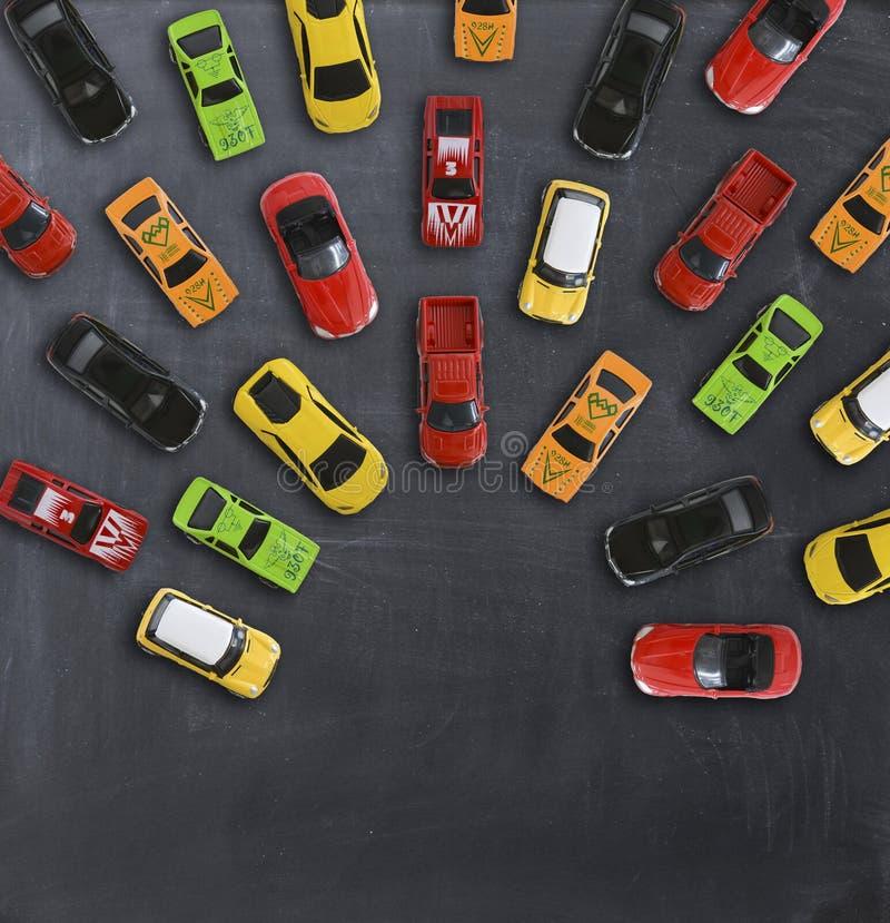 Concepto del atasco con los coches múltiples del juguete en la pizarra foto de archivo libre de regalías