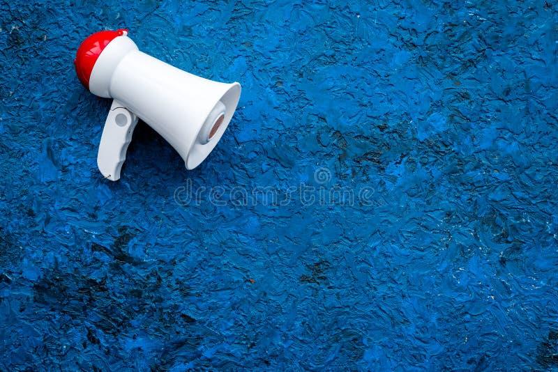 Concepto del aviso Megáfono en espacio azul de la copia de la opinión superior del fondo imágenes de archivo libres de regalías