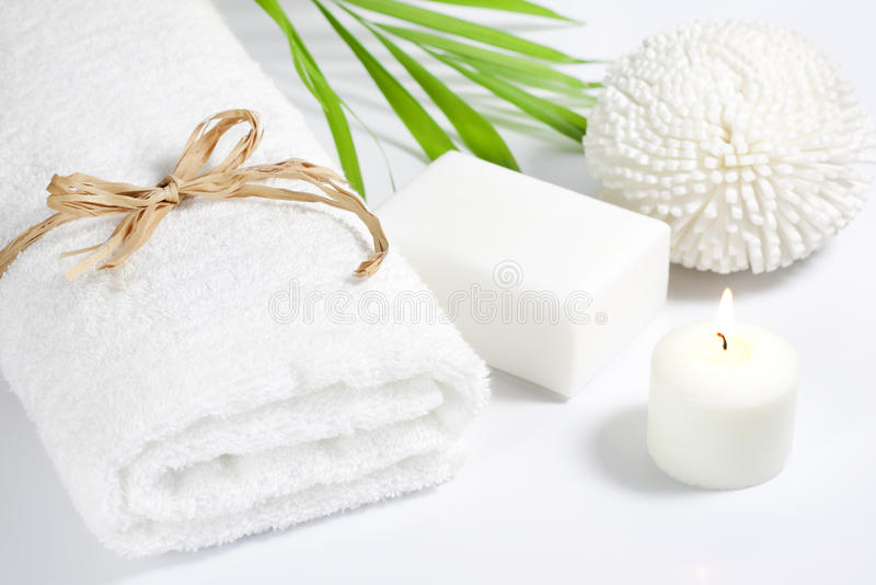 Concepto del baño del balneario de la toalla y de la esponja imagen de archivo