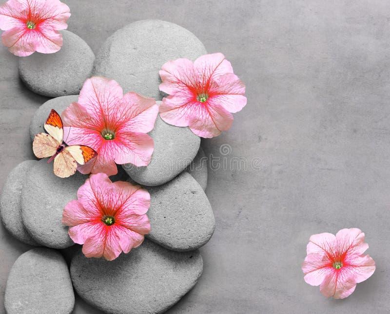 Concepto del balneario con la flor, la mariposa y los ZENES Stone foto de archivo