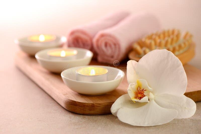 Concepto del balneario con la quema de velas aromáticas y de la orquídea blanca foto de archivo