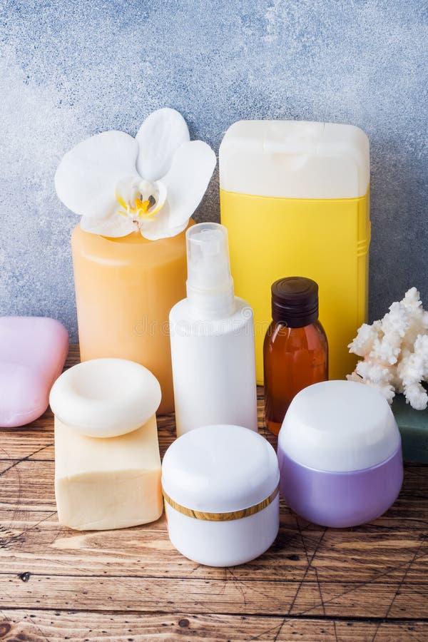 Concepto del balneario y de la salud en fondo de madera Accesorios poner crema del jabón y del baño de las toallas fotografía de archivo libre de regalías