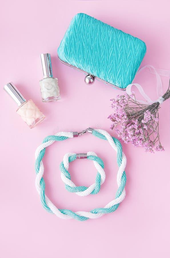 Concepto del blog de la belleza Accesorios de la mujer: pulsera, esmalte de uñas, fotos de archivo