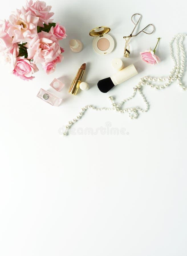 Concepto del blog de la belleza La hembra compone los accesorios y las rosas foto de archivo libre de regalías