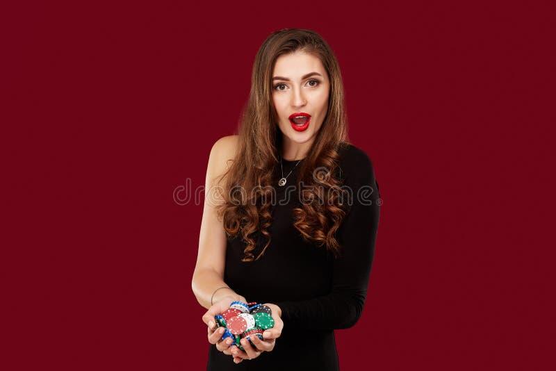 Concepto del casino, del juego, del póker, de la gente y del entretenimiento - jugador de póker de la mujer en vestido negro con  foto de archivo libre de regalías