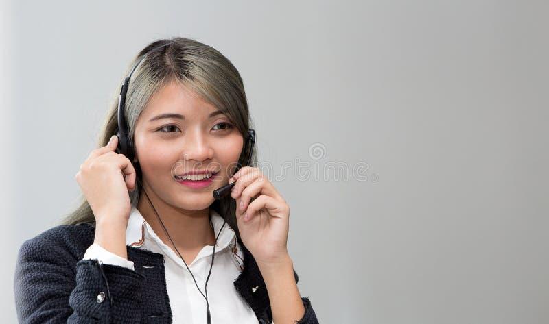 Concepto del centro de atención telefónica Retrato del operador Operador de la atención al cliente en el trabajo imagen de archivo