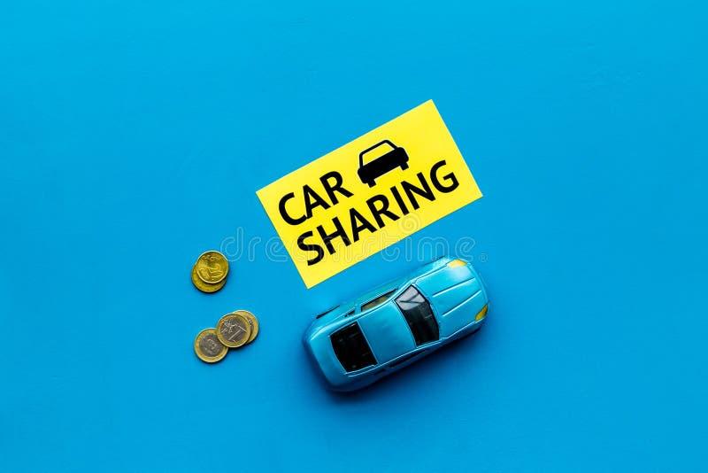 Concepto del coche compartido, muestra del coche compartido Económico, viaje del microprocesador Coche del juguete cerca de moned fotos de archivo libres de regalías