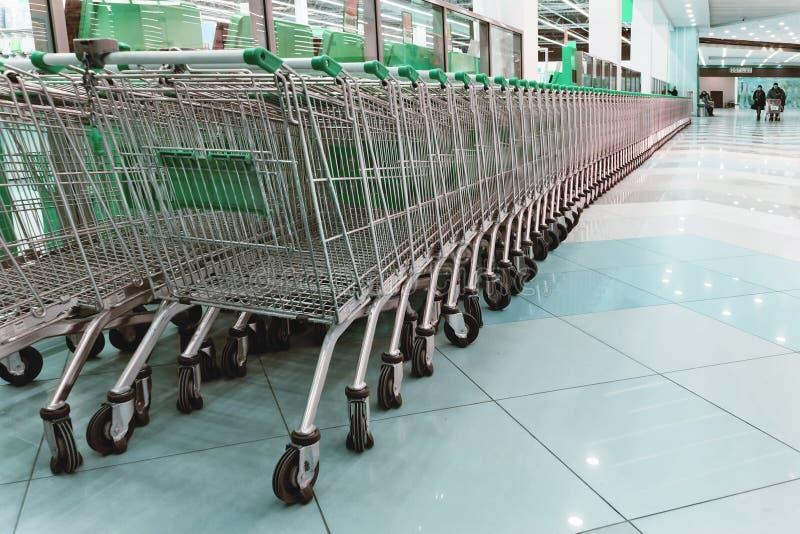 Concepto del comercio al por menor del consumidor de las compras de la carretilla del supermercado fotografía de archivo libre de regalías