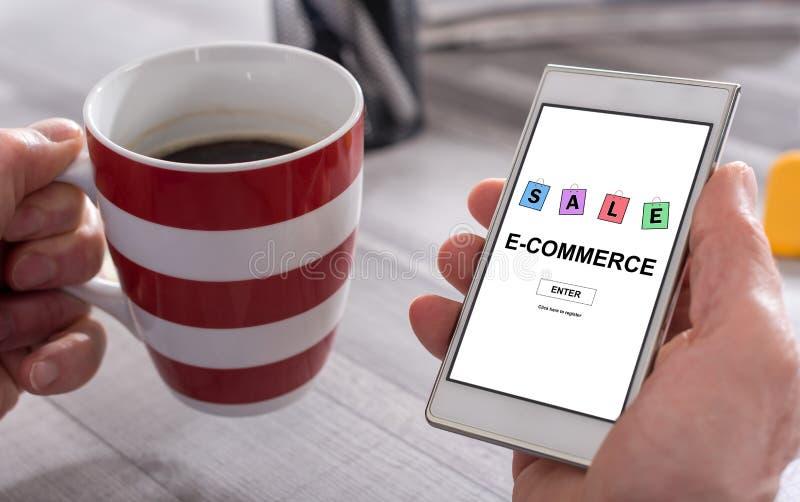 Concepto del comercio electrónico en un smartphone fotos de archivo
