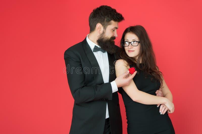 Concepto del compromiso Los pares en amor celebran aniversario Compromiso de la oferta Compromiso romántico de la joyería de la c fotografía de archivo