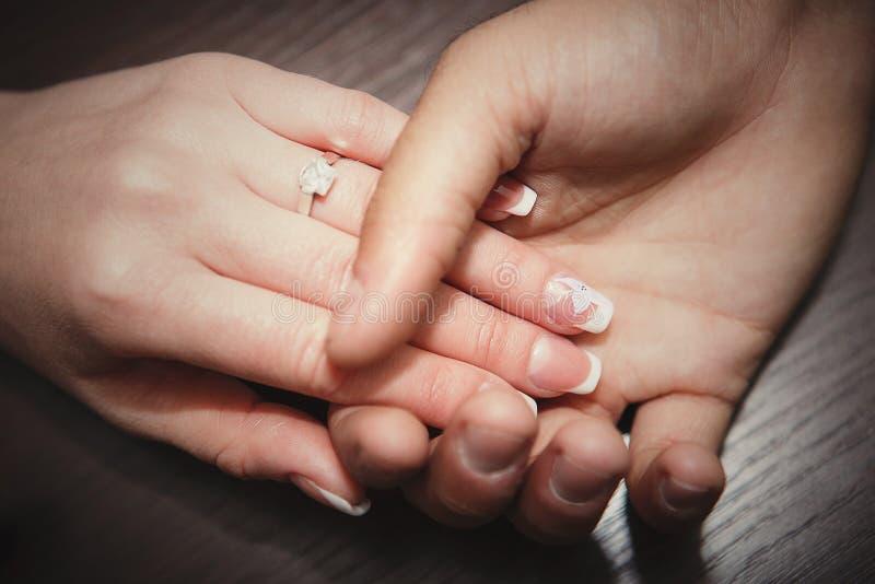 concepto del compromiso y del amor - ascendente cercano fotos de archivo